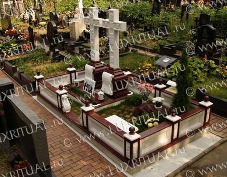 Мемориальный комплекс из малинового кварцита и гранитов Сольцы купить памятник на кладбище Сергиев Посад